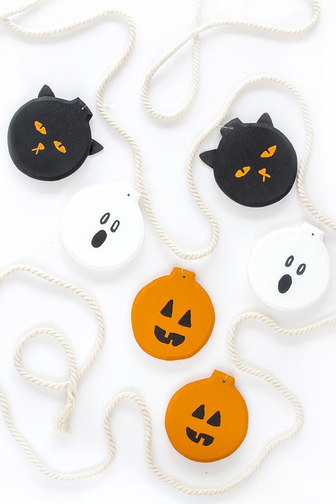 http://www.dreamgreendiy.com/wp-content/uploads/2015/10/16-32542-post/DecoArt-Halloween-Garland-151.jpg