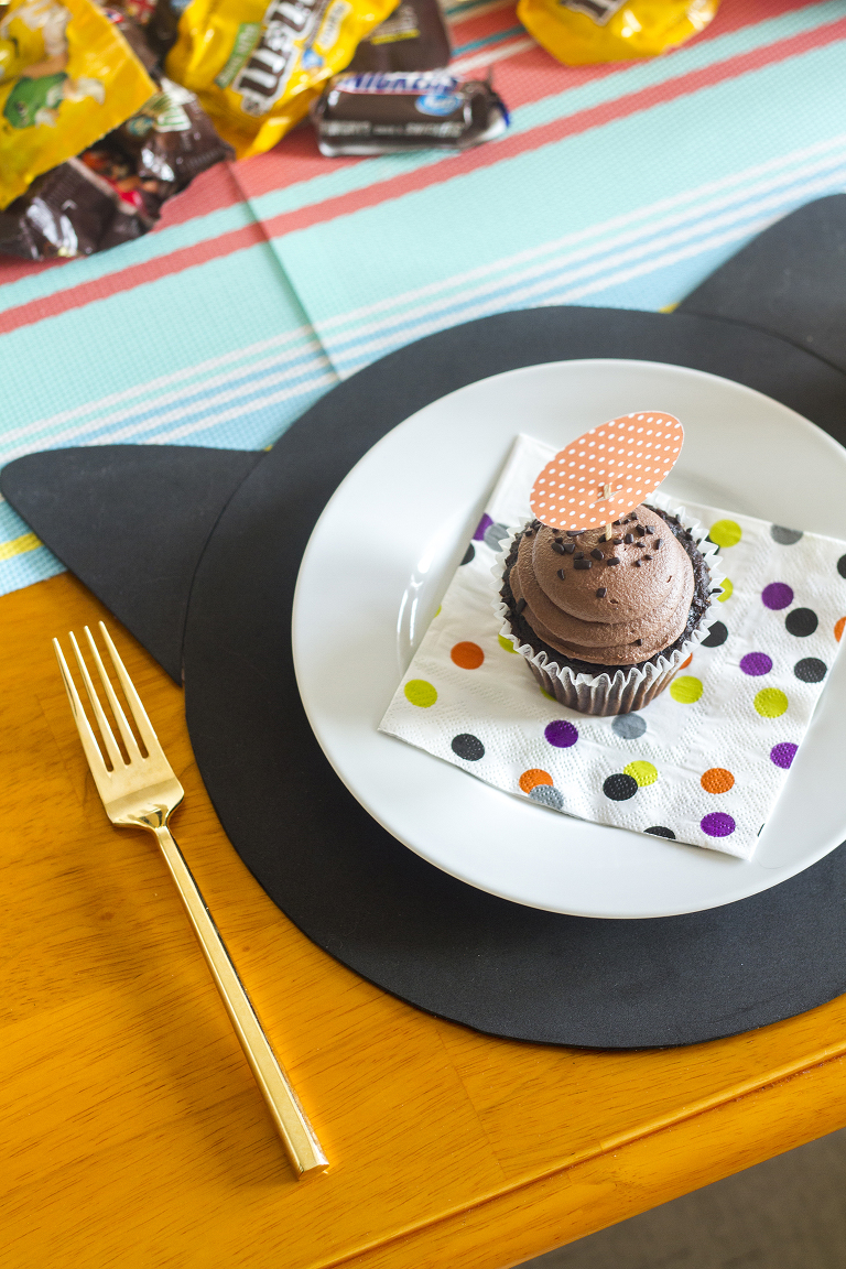 DIY Halloween Black Cat Placemats And Dotty Cupcake Toppers | Dream Green DIY