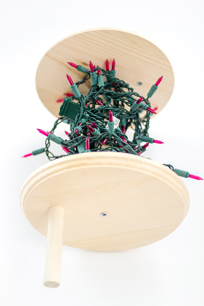 http://www.dreamgreendiy.com/wp-content/uploads/2015/12/21-33307-post/eHow-Christmas-Lights-Spool-13-677.jpg
