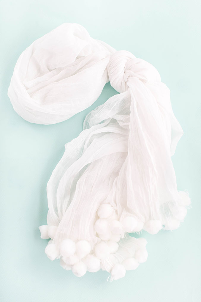 http://www.dreamgreendiy.com/wp-content/uploads/2016/10/04-37294-post/DIY-White-On-White-Pom-Pom-Scarf-5.jpg