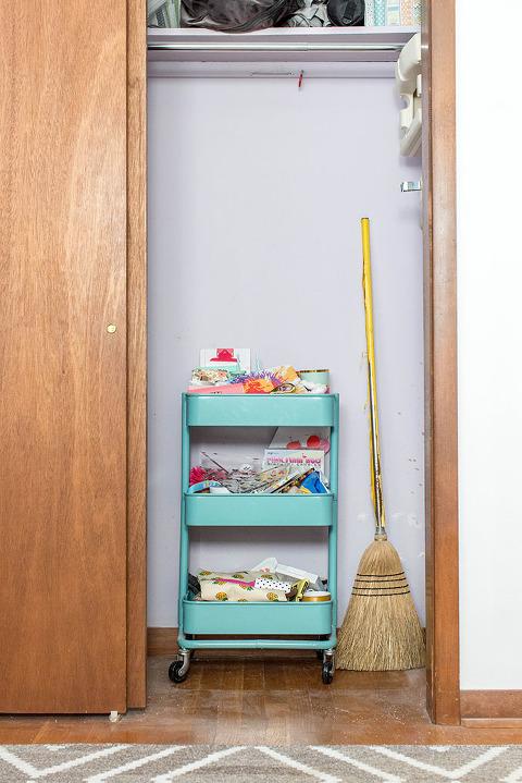 How To Properly Paint A Tight Space (Like A Closet!)   dreamgreendiy.com + @scotchblue #ad #PrepPaintPull