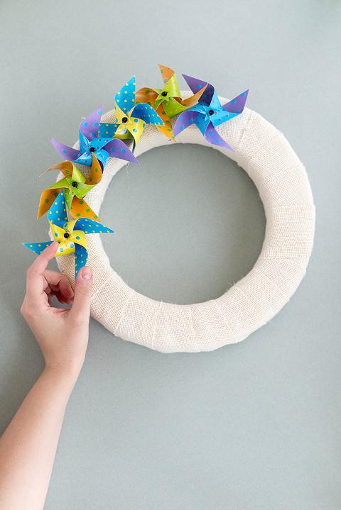 http://www.dreamgreendiy.com/wp-content/uploads/2017/03/09-40700-post/OTC-Pinwheel-Burlap-Wreath-8-677(pp_w480_h719).jpg