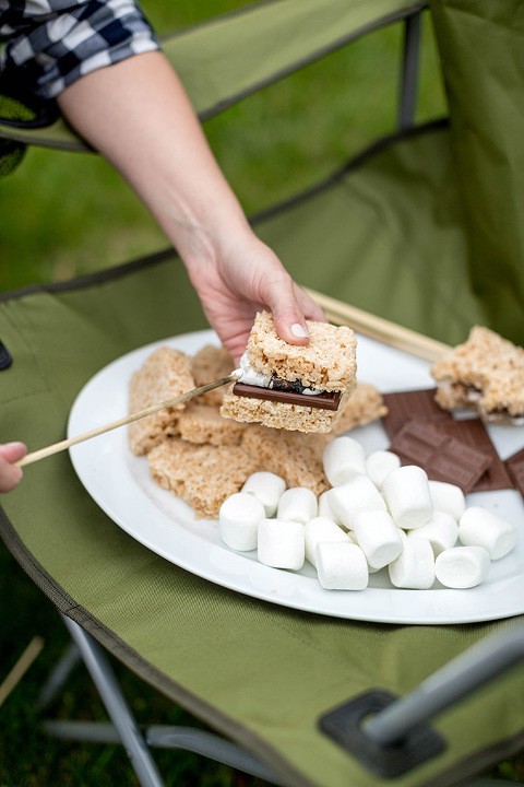 A Recipe For Rice Krispies Treat S'mores | dreamgreendiy.com + @Duraflame #ad #duraflame