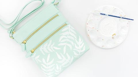 DIY Painted Palm Frond Print Crossbody Bag | dreamgreendiy.com