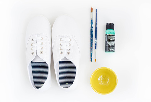 DIY Painted Mint & White Saddle Shoes | dreamgreendiy.com