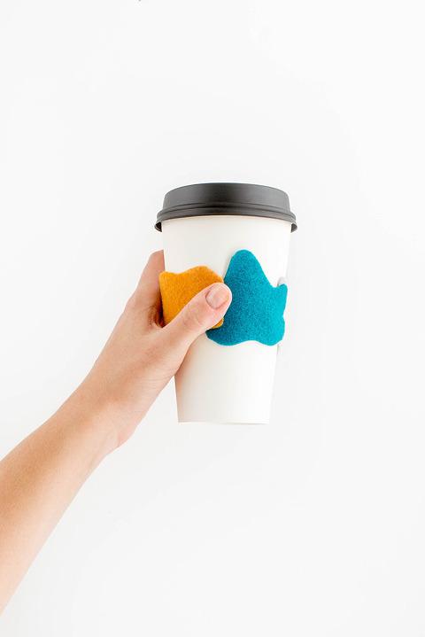 DIY Felt Leaves Coffee Sleeve | dreamgreendiy.com