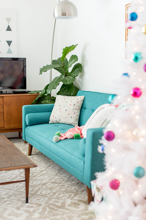 How To Decorate Your Living Room For Christmas   dreamgreendiy.com + @dhpfurniture