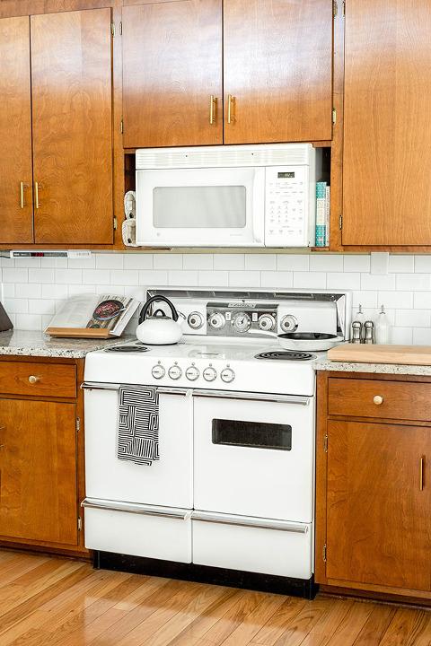 Brand New Brass Hardware In ur Mid-Century Kitchen | dreamgreendiy.com