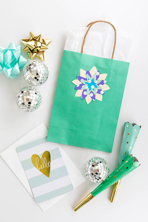 DIY Stenciled Floral Gift Bag Toppers   dreamgreendiy.com + @orientaltrading