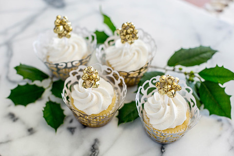 DIY Jingle Bell Christmas Cupcake Toppers | dreamgreendiy.com + @orientaltrading