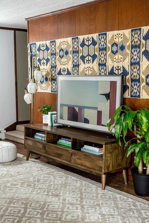 How To Make A TV Blend In With Your Decor   dreamgreendiy.com + samsung.com #ad