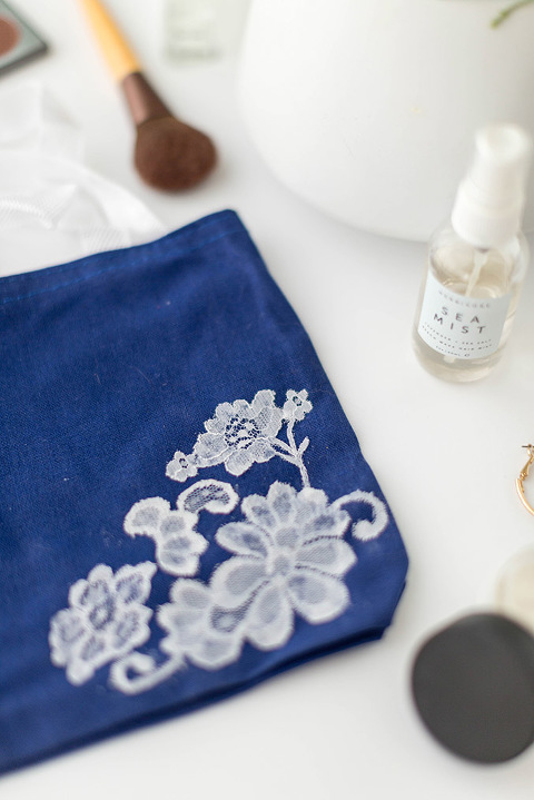 DIY Tote Bag With White Lace Appliqué | dreamgreendiy.com + @orientaltrading