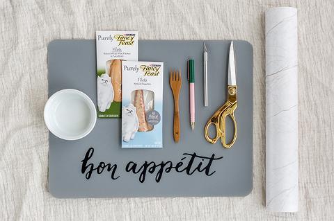 DIY Faux Marble Cat Food Bowl Mat | dreamgreendiy.com #FancyFeast #Ad #MyFancyCat
