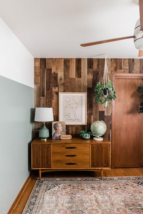 DIY Reclaimed Wood Feature Wall Tutorial | dreamgreendiy.com + @WoodstockWallsCo #ad