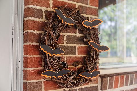 How To Make A DIY Halloween Bat Wreath